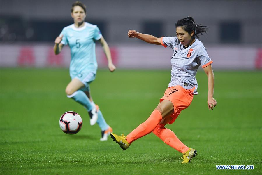 Gu Yasha of China shoots during the match between China and Russia at the 2019 International Women\'s Football Tournament in Wuhan, central China\'s Hubei Province, April 4, 2019. China won 4-1. (Xinhua/Xiong Qi)