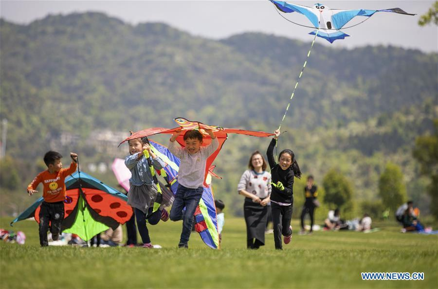Children fly kites during the holiday for the Qingming Festival at Xiannyuhu scenic spot in Xinyu, east China\'s Jiangxi Province, April 5, 2019. (Xinhua/Zhao Chunliang)