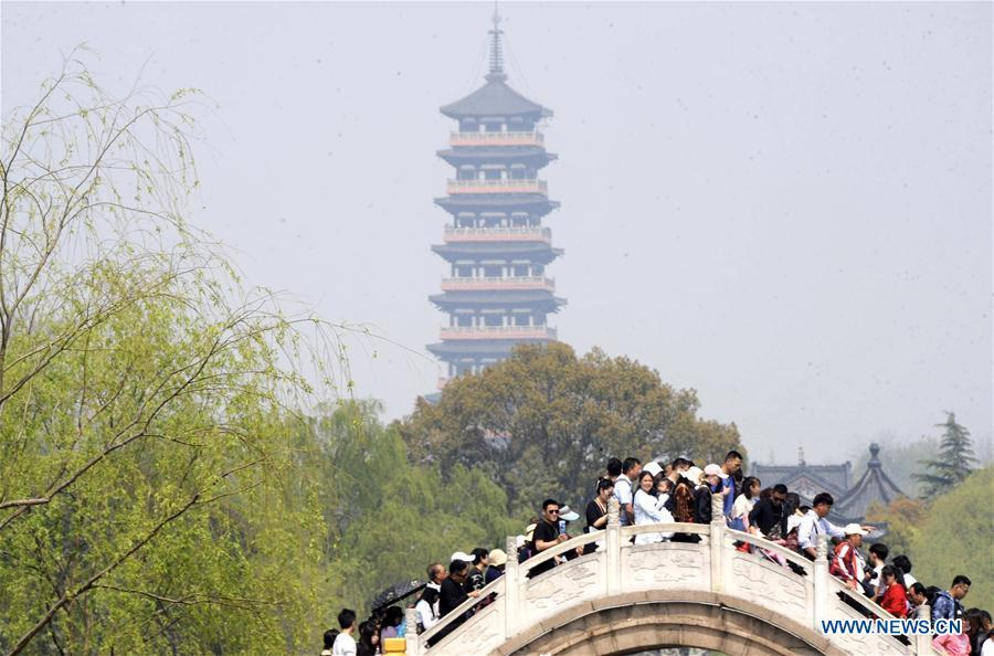 Tourists view the scenery of the Slender West Lake during the Qingming Festival holidays in Yangzhou, east China\'s Jiangsu Province, April 5, 2019. (Xinhua/Pu Liangping)