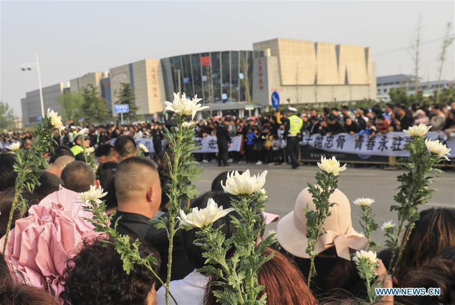 People mourn for Xu Penglong, Zhao Yongyi, Zhang Shuai and Kang Rongzhen, martyrs who died while fighting a forest fire in southwest China\'s Sichuan Province, as their remains are taken back to their hometown in Linyi, east China\'s Shandong Province, April 5, 2019. (Xinhua/Xu Chuanbao)