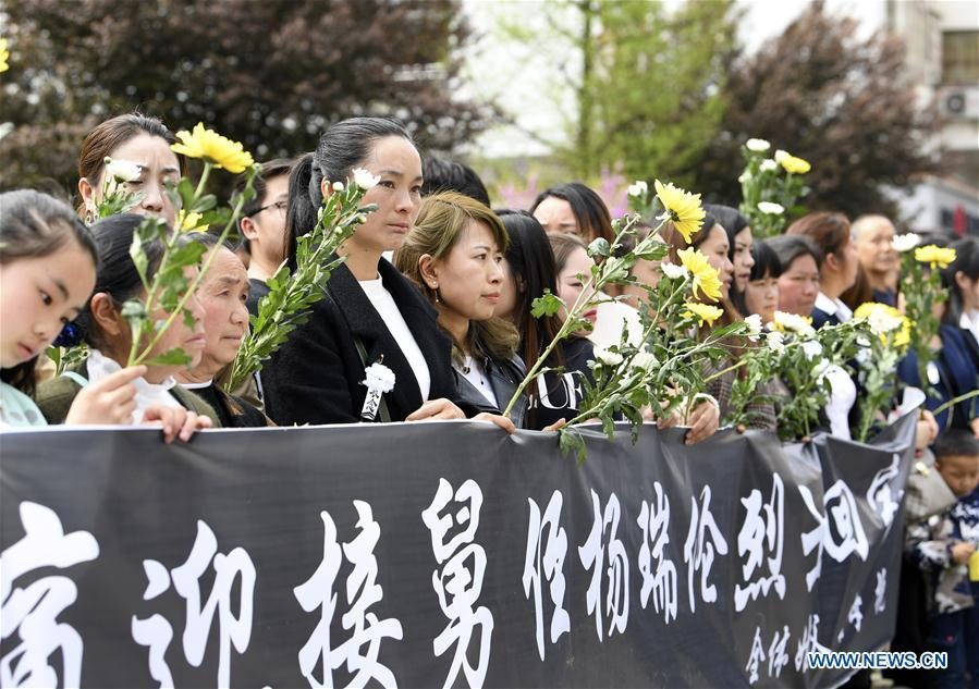 People mourn for Yang Ruilun, a martyr who died while fighting a forest fire in southwest China\'s Sichuan Province, as his remains are taken back to his hometown in Majiang County, Miao and Dong Autonomous Prefecture of Qiandongnan, southwest China\'s Guizhou Province, April 5, 2019. (Xinhua)