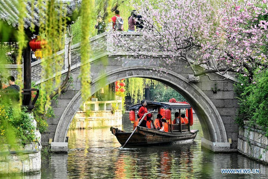 Tourists take boats to view the scenery of the ancient town of Taierzhuang during the Qingming Festival holidays in Zaozhuang, east China\'s Shandong Province, April 5, 2019. (Xinhua/Gao Qimin)