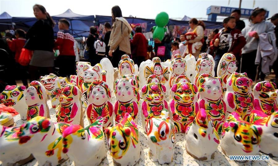 Tourists visit a temple fair during the holiday for the Qingming Festival in Zaozhuang, east China\'s Shandong Province, April 5, 2019. (Xinhua/Sun Zhongzhe)