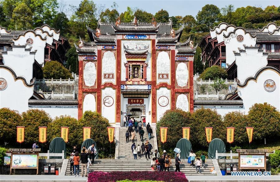 Tourists visit the memorial temple of Qu Yuan during the holiday for the Qingming Festival in Zigui County of central China\'s Hubei Province, April 5, 2019. (Xinhua/Zheng Jiayu)