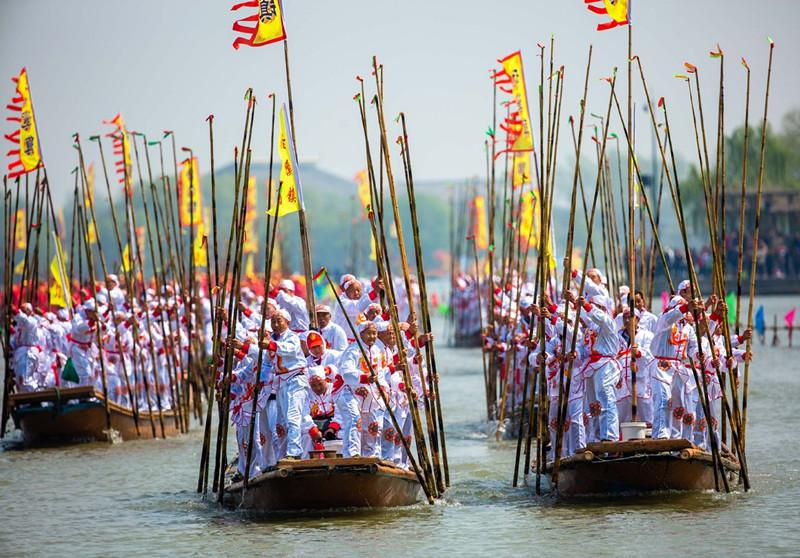 In this aerial photo taken on April 6, 2019, people participate in a boat performance during the 2019 Qintong Boat Festival held at Qinhu National Wetland Park in Jiangyan District of Taizhou, East China\'s Jiangsu province. Hundreds of boats with more than 10,000 boat team members aboard gathered here on Saturday for the Qintong Boat Festival, which has been a centuries-old tradition.