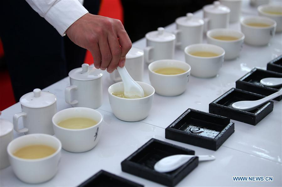 An expert reviews tea made during a tea competition in Huangshan, a famous tea producing area in east China\'s Anhui Province, April 7, 2019. Local tea farmers bring a total of 60 varieties of tea leaves to take part in the competition here on Sunday. (Xinhua/Shi Yalei)
