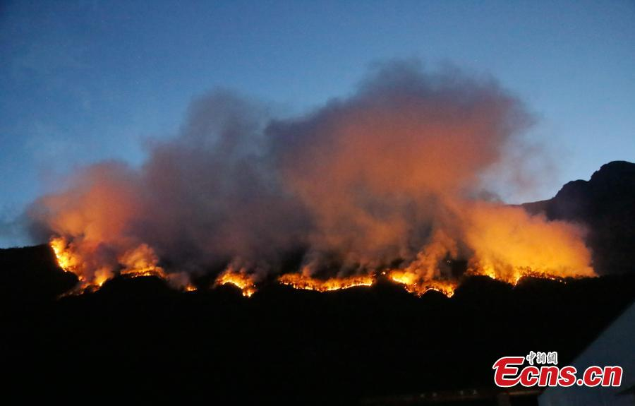 A forest fire in Mianning County, Southwest China\'s Sichuan Province, April 7, 2019. A total of 252 firefighters are trying to put out the fire, said authorities. (Photo: China News Service/Li Conglin)
