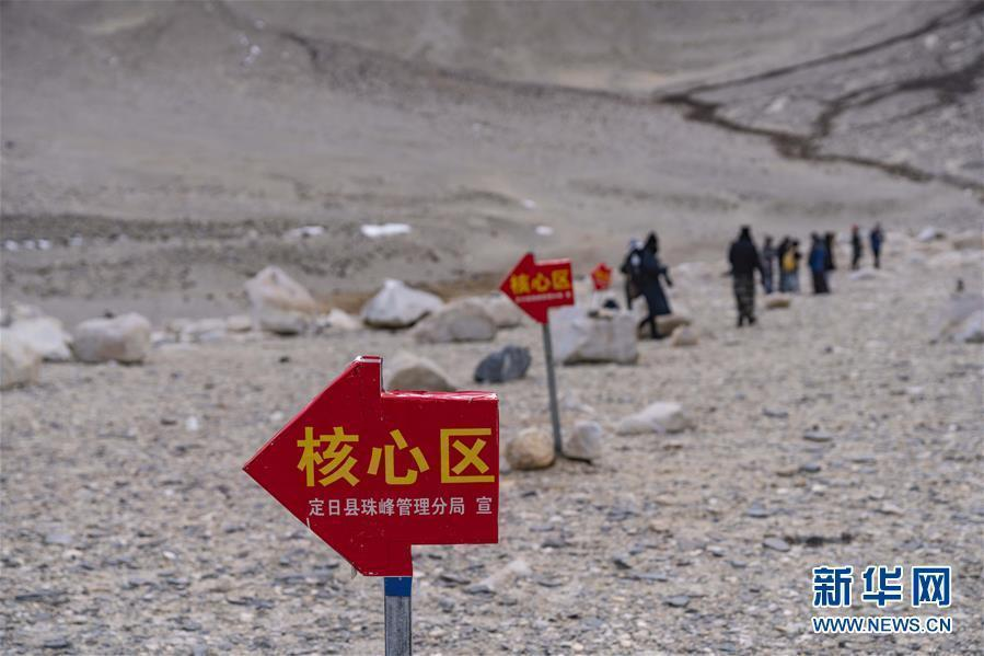 Road signs are installed to warn tourists not to enter the core zone of Mount Qomolangma National Nature Reserve in China\'s Tibet Autonomous Region, a move to better conserve the environment of the world\'s highest mountain, April 6, 2019. (Photo/Xinhua)