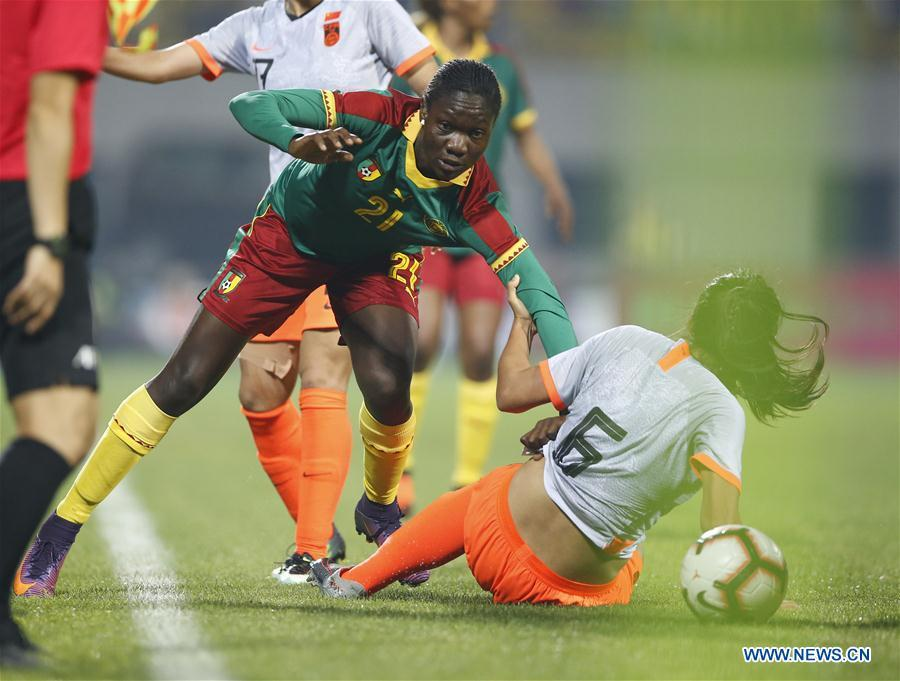 China\'s Liu Shanshan (R) vies with Cameroon\'s Alexandra Takounda Engolo during the final match between China and Cameroon at the 2019 International Women\'s Football Tournament in Wuhan, central China\'s Hubei Province, April 7, 2019. China won 1-0. (Xinhua/Ding Xu)