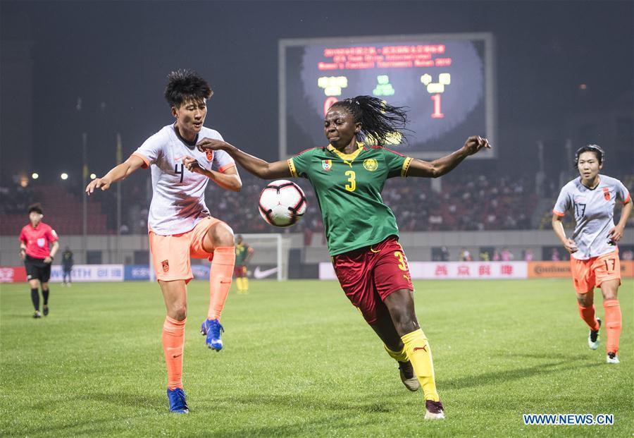 Lou Jiahui (L) of China vies with Ajara Nchout Njoya of Cameroon during the final match between China and Cameroon at the 2019 International Women\'s Football Tournament in Wuhan, central China\'s Hubei Province, April 7, 2019. (Xinhua/Xiao Yijiu)