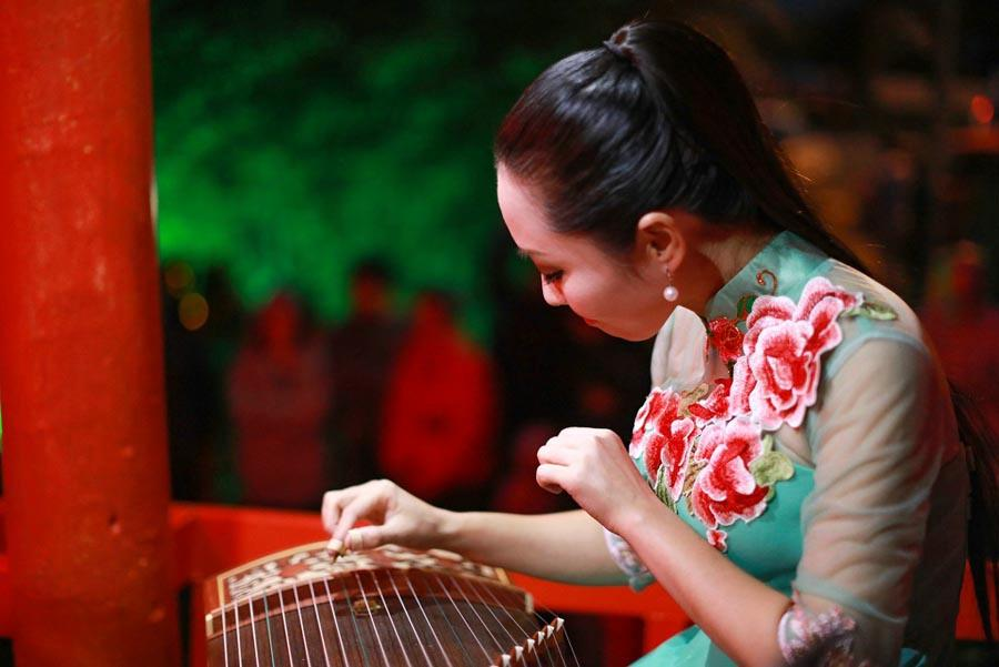 A Chinese musician plays the guzheng, or Chinese zither on April 5, 2019. The performance was one of several featuring Chinese folk music held from April 5 to 6 as part of the festival to celebrate the China-New Zealand Tourism Year and the 38th anniversary of the establishment of the sister cities relationship between Hastings and Guilin. (Photo/Chinaculture.org)