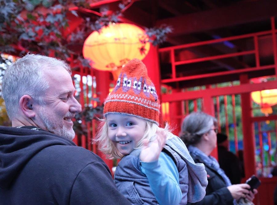 A child waves and smiles at the camera during the 10th Chinese Lantern Festival in Hastings, New Zealand, on April 5, 2019. The festival was held from April 3 to 7 to celebrate the China-New Zealand Tourism Year, as well as the 38th anniversary of the establishment of the sister cities relationship between Hastings and Guilin, in South China\'s Guangxi Zhuang autonomous region. The event was co-hosted by Hastings city government and the China Cultural Center in New Zealand. (Photo/Chinaculture.org)