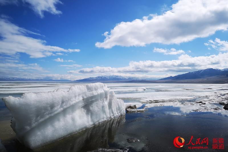 Photo shows thawing ice on the surface of Sayram Lake in northwest China\'s Xinjiang Uyghur Autonomous Region. The swans, the high mountains, the clear water and the blue sky have turned the lake into a spring fairyland.  (Photo/people.cn)