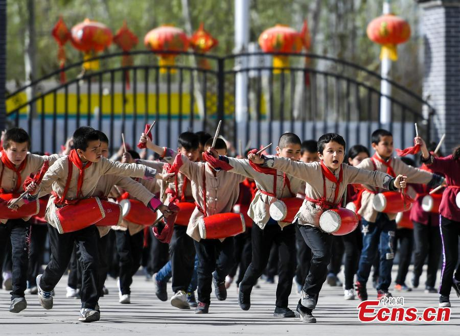 Photo shows students from a primary school in Wushi County, in northwest China\'s Xinjiang Uygur Autonomous Region learning waist drum, April 8, 2019. (Photo/China News Service)