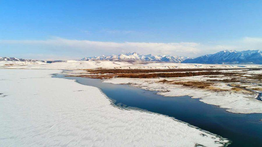 A river cuts through the frosted landscape at Shandan Horse Farm Grassland in Northwest China\'s Gansu Province following a long-awaited spring snow on April 8, 2019.  (Photo provided to chinadaily.com.cn)