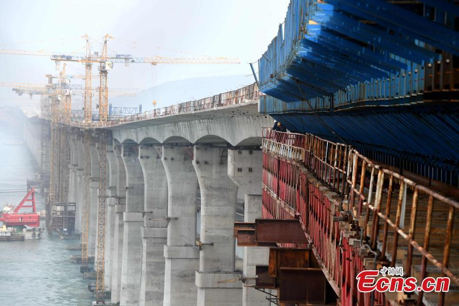 Construction of the cross-Straits highway-rail bridge underway in Pingtan, East China\'s Fujian Province, April 9, 2019. The first of its kind in China, the combined cross-sea rail and highway bridge across the Pingtan Straits has two tiers, one for railways from Fuzhou to Pingtan, the other for a six-lane highway from Changle to Pingtan. The bridge, spanning 16.34 km, will open to traffic in 2020. (Photo: China News Service/Zhang Bin)