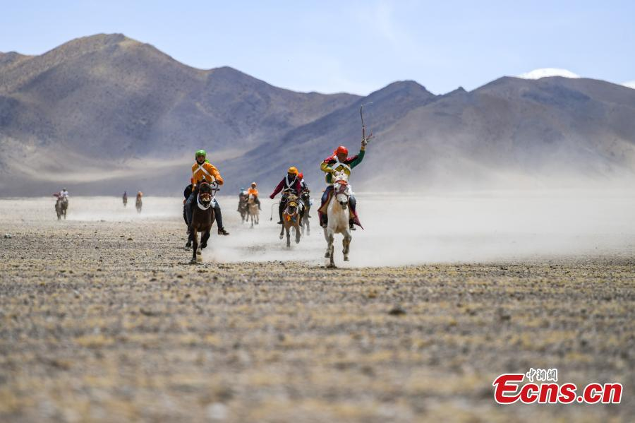 A horse race in Qianggu Village in Ngari Prefecture, Southwest China\'s Tibet Autonomous Region, April 9, 2019. The per capita income of the village reached 14,000 yuan ($2,086) in 2017 and locals all live above the poverty line. (Photo: China News Service/He Penglei)