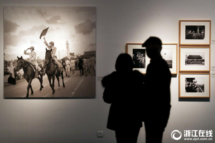 Visitors admire battlefield photos taken during the Anti-Japanese War (1937-1945) at an exhibition at the art museum of the China Academy of Art in Hangzhou, Zhejiang Province, on April 3. (Photo/zjol.com.cn)