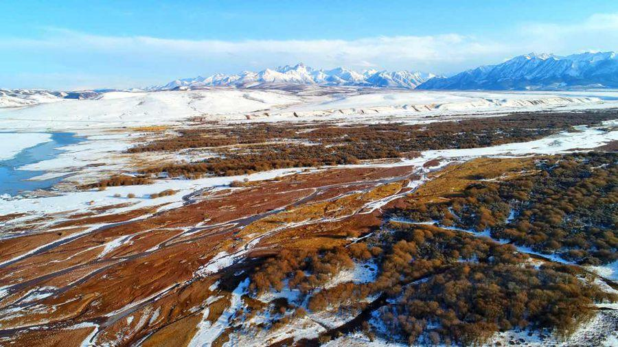 Snow covers the grassland in the distance while frosted rivers and streams break up the landscape following a spring snowfall at Shandan Horse Farm Grassland in Northwest China\'s Gansu Province on April 8, 2019. (Photo provided to chinadaily.com.cn)