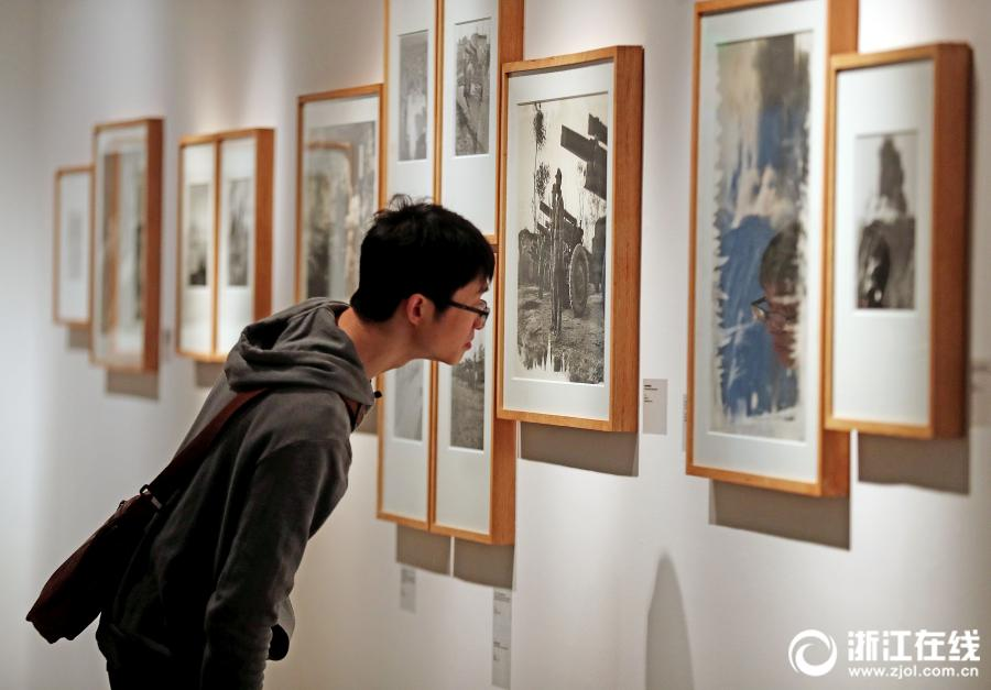 A visitor appreciates photography works at an exhibition at the art museum of the China Academy of Art in Hangzhou, Zhejiang Province, on April 3. (Photo/zjol.com.cn)