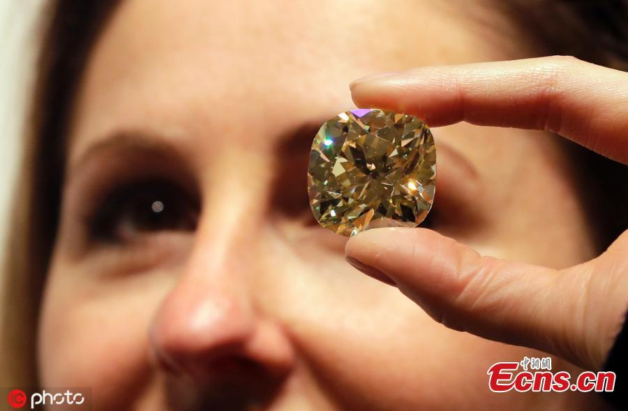 An unmounted coloured diamond of 118.05 carats is displayed, at Christie\'s auction rooms in London, April 9, 2019. The diamond estimated at 2,500,000-3,500,000 US dollars will be sold at the Geneva Magnificent Jewels auction on May 15. (Photo/IC)