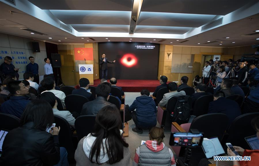 A Chinese astronomer answers questions raised by journalists during a press conference held in Shanghai Astronomical Observatory (SAO), in east China\'s Shanghai, April 10, 2019. The image of the black hole, based on observations through the Event Horizon Telescope (EHT), a planet-scale array of eight ground-based radio telescopes forged through international collaboration, was unveiled in coordinated press conferences across the globe at around 9:00 p.m. (Beijing time) on Wednesday. The landmark result offers scientists a new way to study the most extreme objects in the universe predicted by Albert Einstein\'s general relativity. (Xinhua/Jin Liwang)