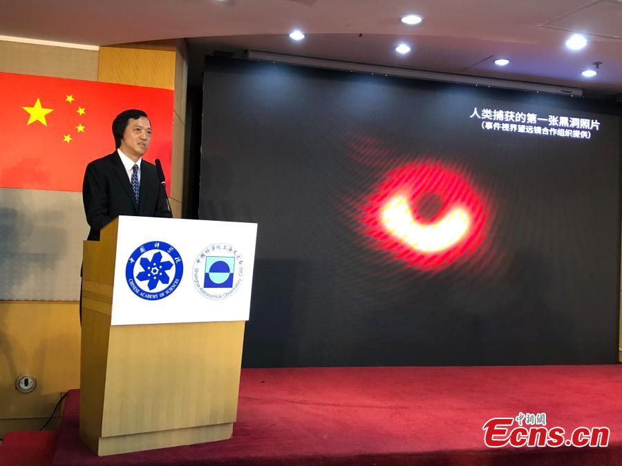 Shen Zhiqiang, head of Shanghai Astronomical Observatory (SAO), presides over a press conference to release the first-ever image of a supermassive black hole at the heart of the distant galaxy M87, in east China\'s Shanghai, April 10, 2019.The image of the black hole, based on observations through the Event Horizon Telescope (EHT), a planet-scale array of eight ground-based radio telescopes forged through international collaboration, was unveiled in coordinated press conferences across the globe at around 9:00 p.m. (Beijing time) on Wednesday. The landmark result offers scientists a new way to study the most extreme objects in the universe predicted by Albert Einstein\'s general relativity.  (Photo: China News Service/Sun Zifa)