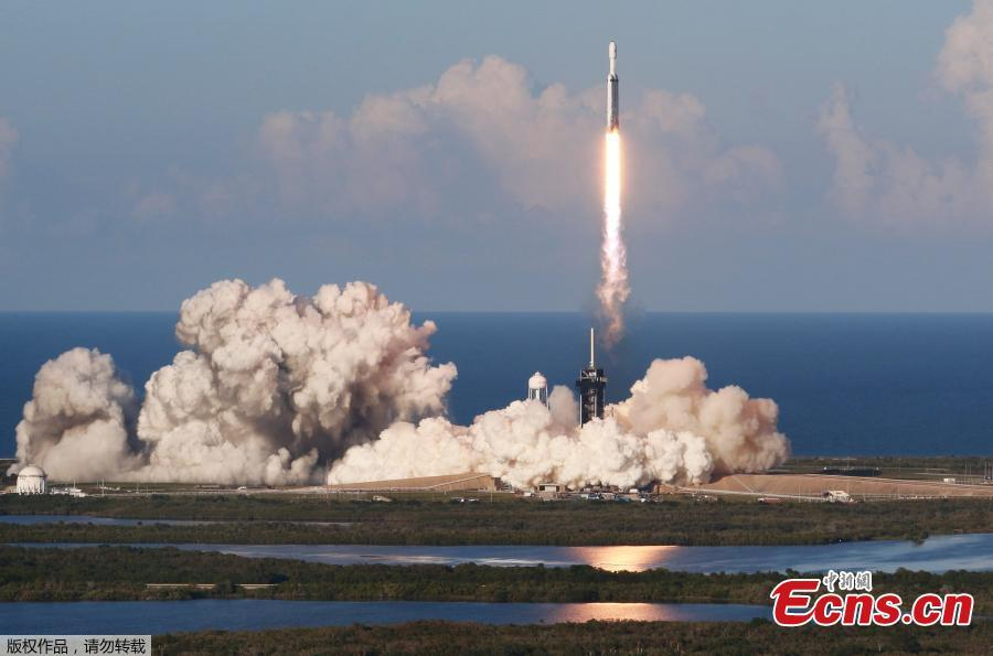 A SpaceX Falcon Heavy rocket, carrying the Arabsat 6A communications satellite, lifts off from the Kennedy Space Center in Cape Canaveral, Florida, on April 11, 2019. (Photo/Agencies)