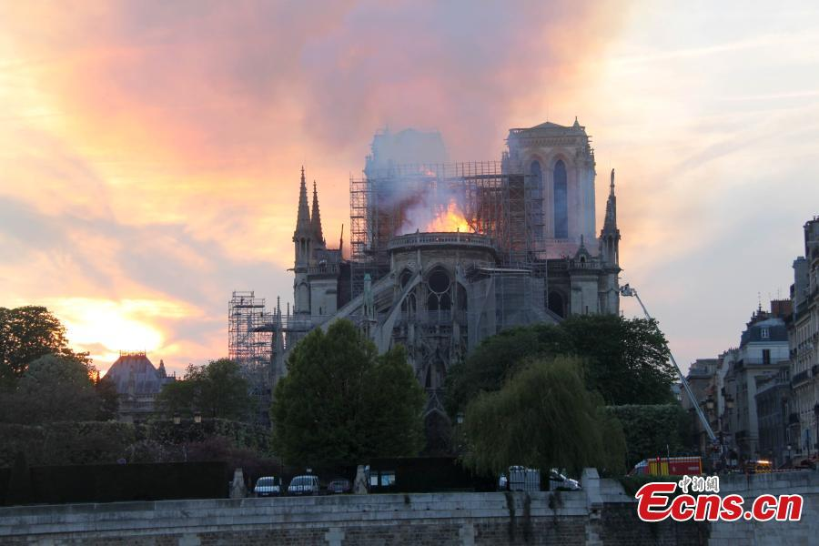 Firefighters try to extinguish the fire on the Notre Dame Cathedral in central Paris, capital of France, on April 15, 2019. A blaze broke out on Monday afternoon at the Notre Dame Cathedral in central Paris. (Photo/China News Service)