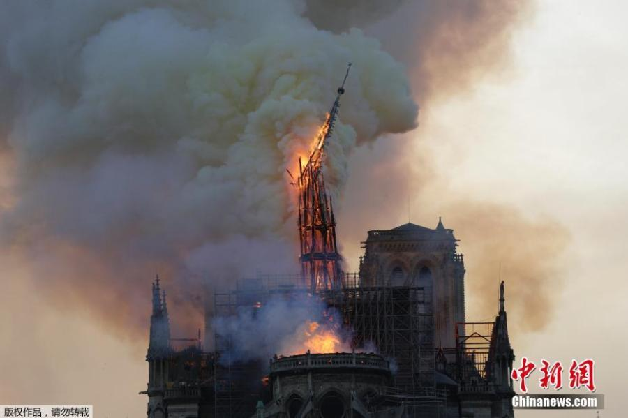 The spire collapses while flames are burning the roof of the Notre-Dame Cathedral in Paris, April 15 2019.  (Photo/Agencies)