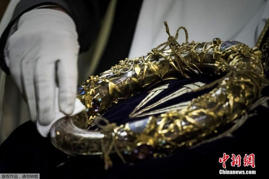A priest wipes the Crown of Thorns at Notre Dame Cathedral in Paris, in April 2017. The relic, venerated by Catholics as once worn by Jesus Christ, was threatened by a devastating fire at the cathedral on April 15, 2019.  (Photo/Agencies)