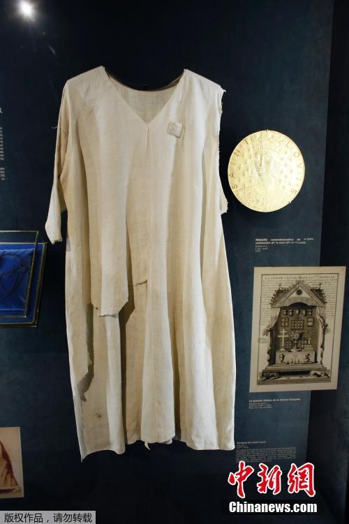 Photo shows the Saint Louis\' tunic, a relic made of linen that belonged to King Louis IX, the king of France from 1226 until 1270.  (Photo/Agencies)