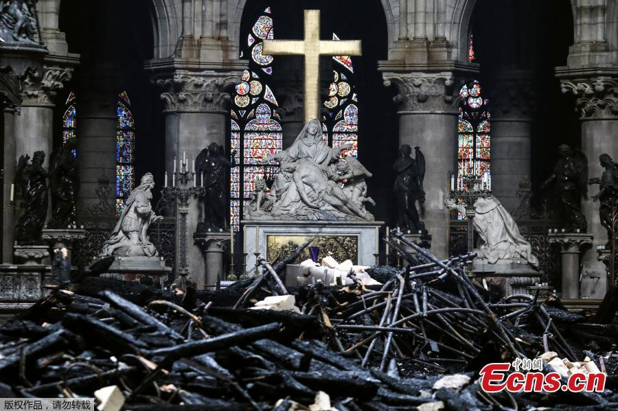 Photo taken on April 16, 2019 shows the altar surrounded by charred debris inside the Notre-Dame Cathedral in Paris in the aftermath of a fire that devastated the cathedral. (Photo/Agencies)