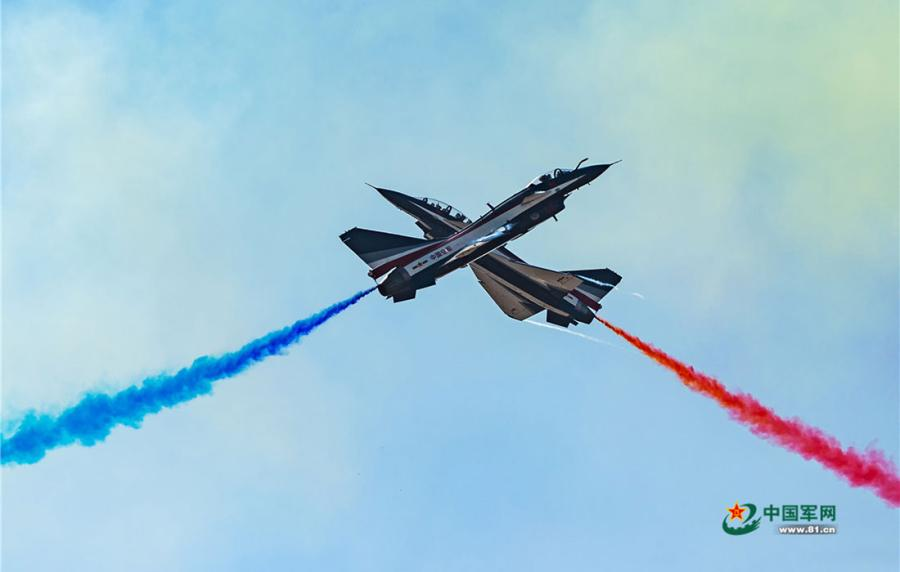 Chinese PLA Air Force\'s August 1st aerobatic team flies in a scissor formation at the China International Aviation and Aerospace Exhibition in Zhuhai, South China's Guangdong Province on November 6, 2018. (Photo/81.cn)