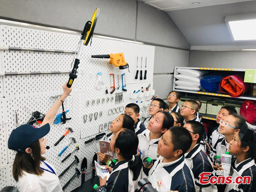 Photo taken on April 17, 2019 shows Chinese students tour the Mars base in Gansu.  (Photo/China News Service)