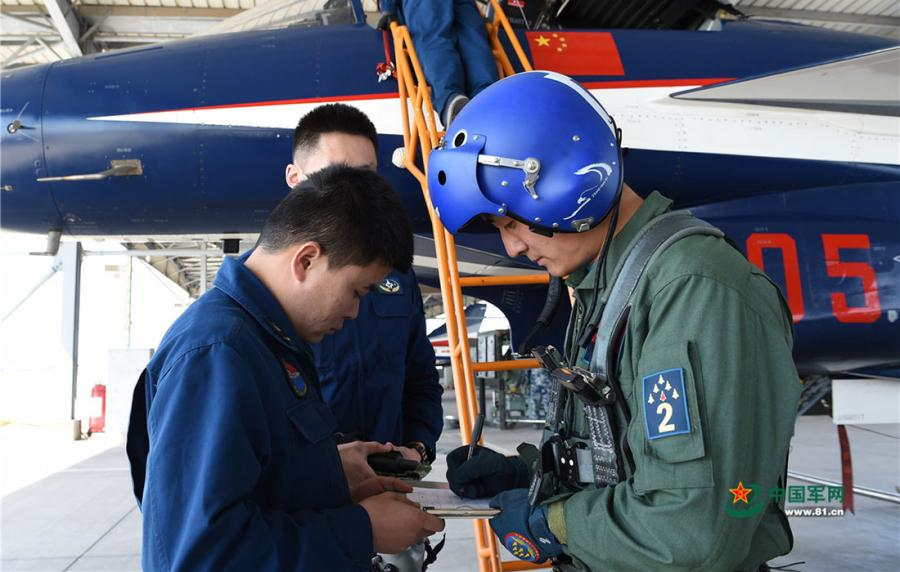 Back on the ground, pilot Zhang Chunlei hands over the airplane to the ground crew on April 10, 2019.  (Photo/81.cn)