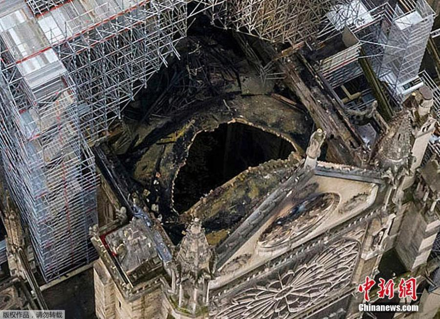 Aerial photo shows a large hole in the roof of the cathedral, exposing the interior of the church after the fire. (Photo/Agencies)