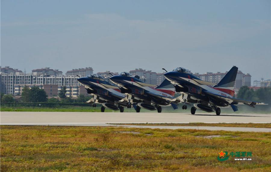A three-plane formation set to take off. (Photo/81.cn)