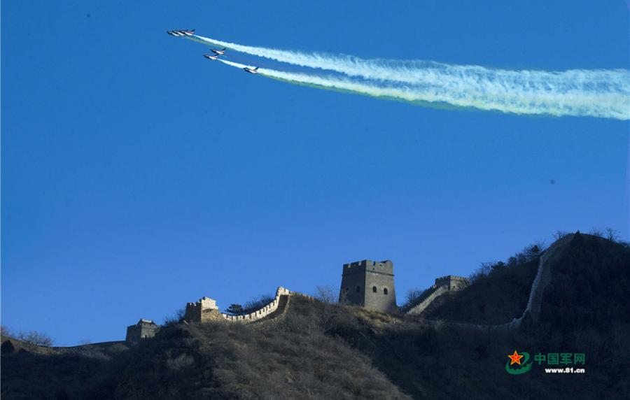 Chinese PLA Air Force\'s August 1st aerobatic team flies over Huangyaguan section of the Great Wall, located in Tianjin on December 6, 2018.  (Photo/81.cn)