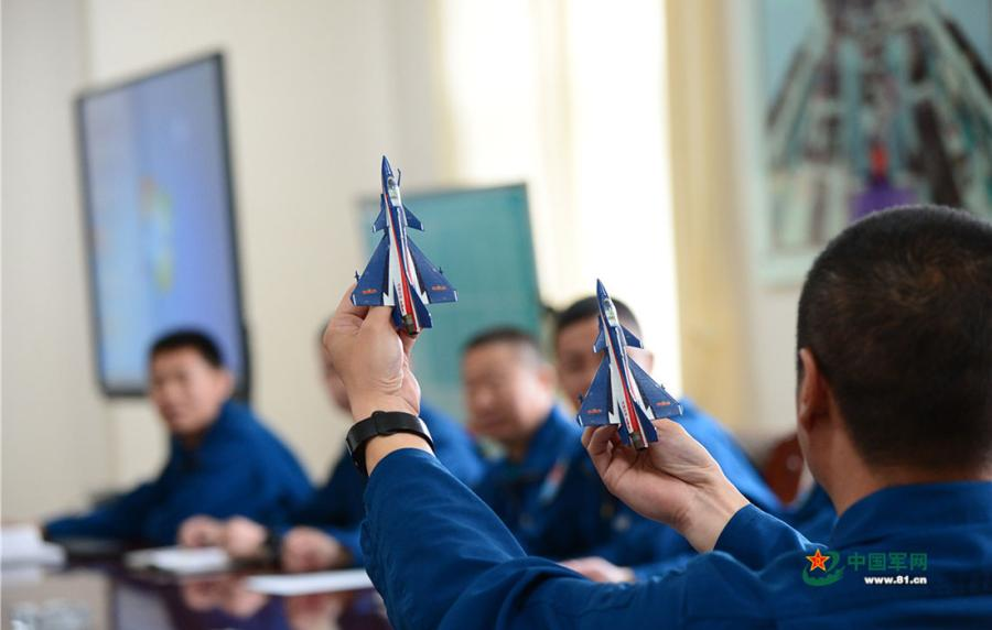 Cao Zhenzhong, team leader of the Chinese PLA Air Force\'s August 1st aerobatic team, shares his flying experience at a meeting.  (Photo/81.cn)