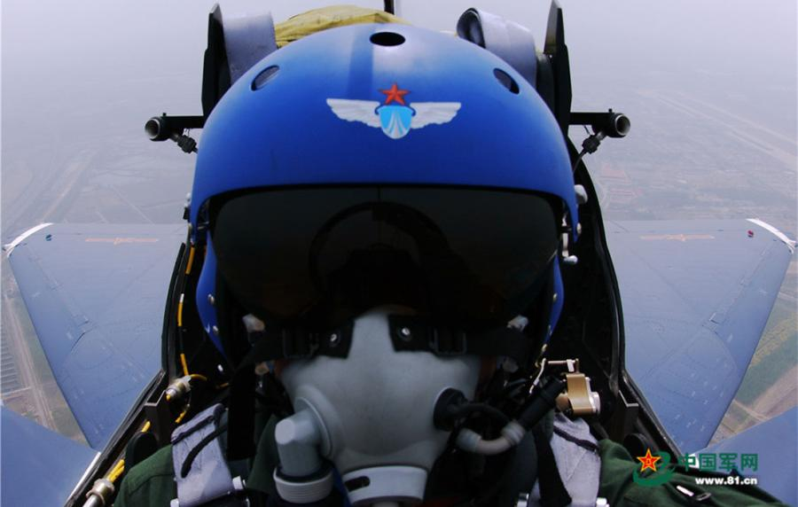 A pilot in the cockpit while flying a plane. (Photo/81.cn)