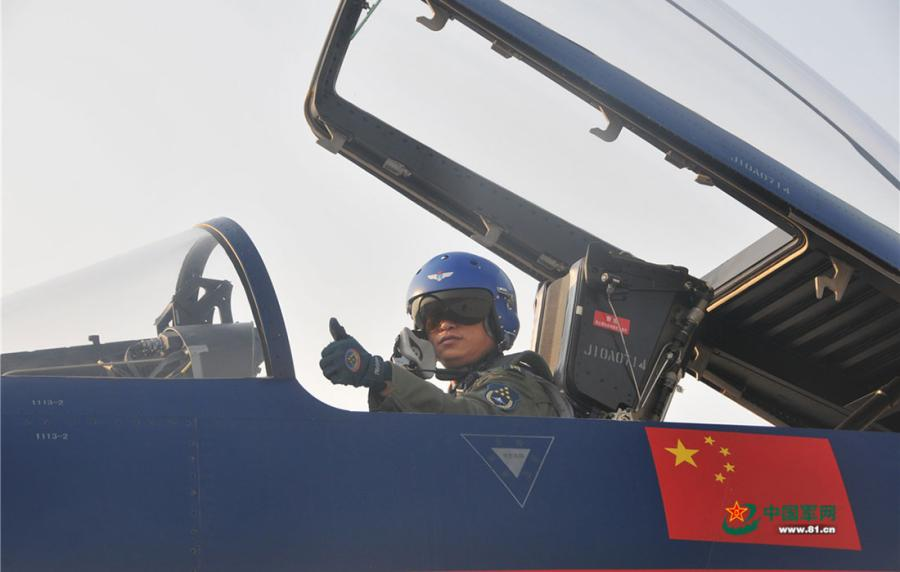 Thumbs up from a pilot to show his confidence before flying an aircraft at the Dubai Airshow 2017 in Dubai, the United Arab Emirates on November 11, 2017. (Photo/81.cn)
