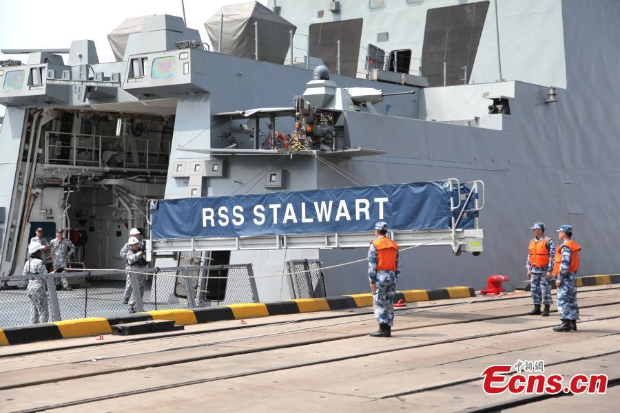 Singapore\'s RSS Stalwart docks in Qingdao, Shandong Province, east China, April 19, 2019. It is the first foreign warship to reach the port city ahead of the multinational naval event scheduled for April 23.  (Photo/China News Service)