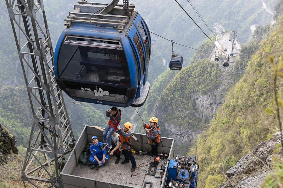 Rescue workers carry out a cableway emergency rescue exercise at Tianmen Mountain scenic spot in Zhangjiajie, Hunan Province, April 18, 2019. (Photo/chinadaily.com.cn)