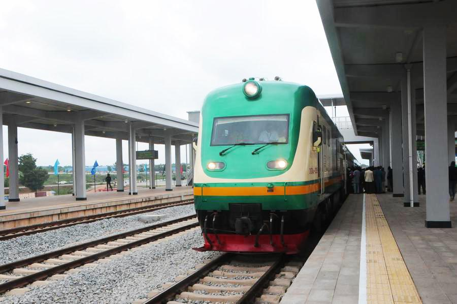 A train stops at the Idu Railway Station in Abuja, Nigeria on July 26, 2016. The Abuja?Kaduna Railway is the first standard gauge railway in Nigeria. [Photo/Xinhua]
