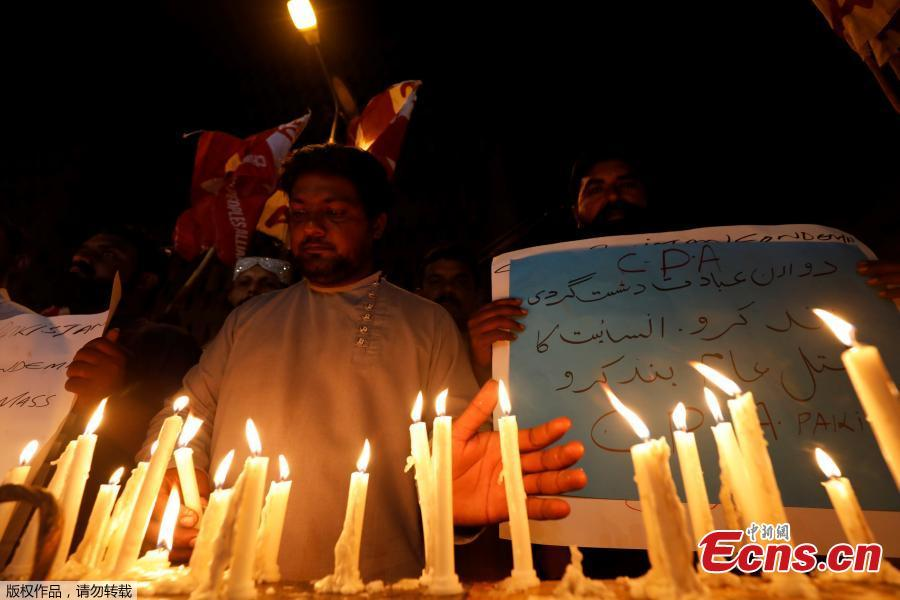 People light candles for the victims of Sri Lanka\'s serial bomb blasts, in Karachi, Pakistan April 21, 2019. (Photo/Agencies)