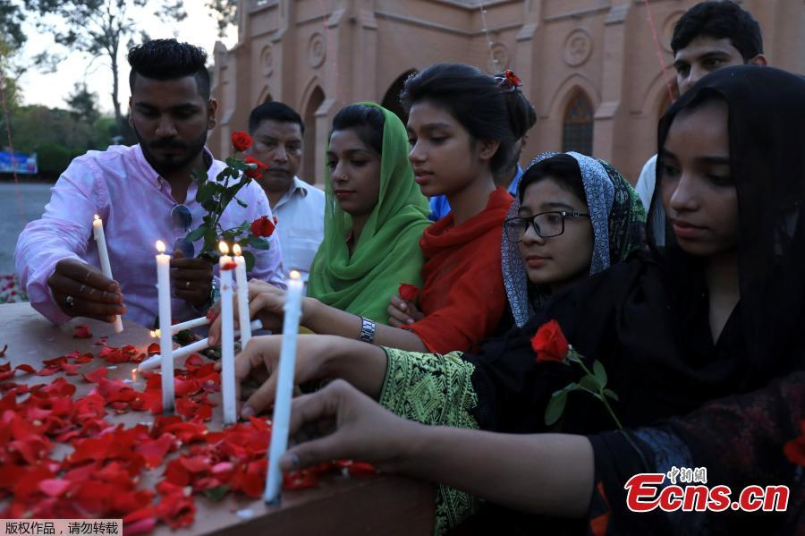 People light candles as they condemn the deadly bomb blasts in Sri Lanka, during a protest in, Peshawar Pakistan, April 21, 2019. According to police at least 290 people were killed and more than 500 injured in a coordinated series of blasts during the Easter Sunday service at churches and hotels in Sri Lanka. (Photo/Agencies)
