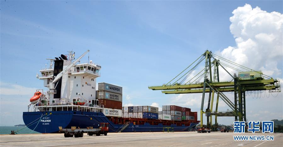 A photo taken on April 17, 2015 shows a ship loaded with containers at the container terminal of the Muara Port, the only deepwater port in Brunei. (Photo/Xinhua)