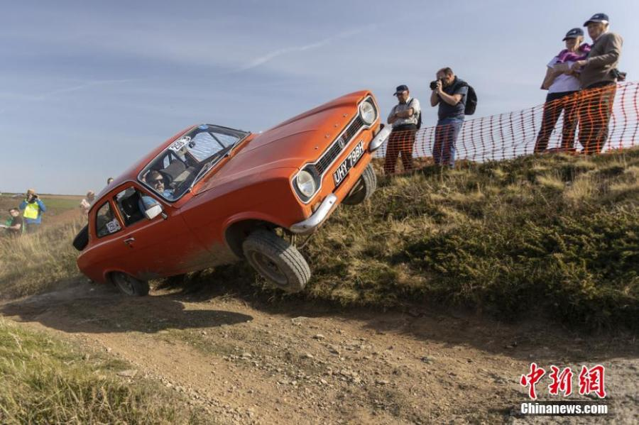 An antique car competes in the 97th Land\'s End Trial in Cornwall, England, April 19, 2019. Organized by the Motor Cycling Club, the oldest club of its kind in Britain, the original idea of the competition was to enable motorcyclists to test their endurance skills. (Photo/IC)