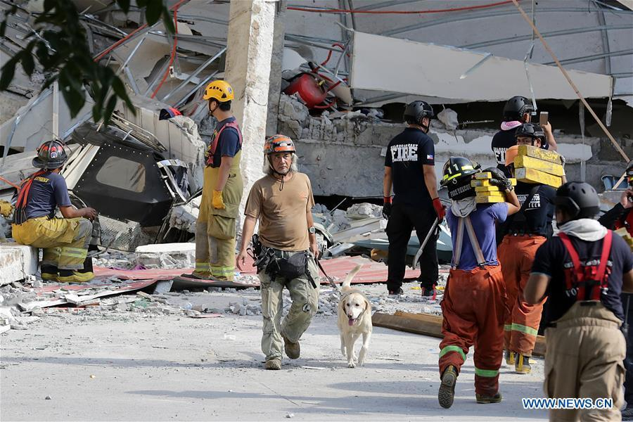 Rescuers search for victims at a collapsed building in Pampanga Province, the Philippines, April 23, 2019. The death toll from the 6.1-magnitude earthquake that struck the Philippines\' main Luzon Island rose to nine, local officials said on Tuesday. (Xinhua/Rouelle Umali)
